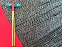 Chopstick στο ξύλινο και κόκκινο επιτραπέζιο ύφασμα Στοκ φωτογραφία με δικαίωμα ελεύθερης χρήσης