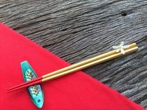 Chopstick στο ξύλινο και κόκκινο επιτραπέζιο ύφασμα Στοκ Εικόνα