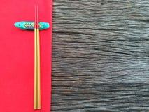 Chopstick στο ξύλινο και κόκκινο επιτραπέζιο ύφασμα Στοκ Εικόνες