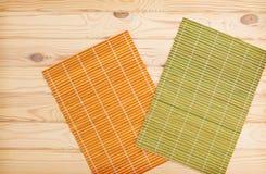 chopsticks ανασκόπησης σούσια ρυζιού nori πετσέτα μπαμπού στο ξύλινο υπόβαθρο Στοκ Εικόνες
