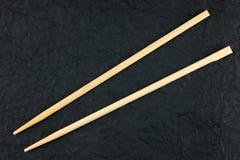 Chopsticks βάζουν σε μια μαύρη πετσέτα Στοκ φωτογραφίες με δικαίωμα ελεύθερης χρήσης