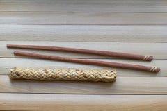 Chopsticks για τα σούσια στην ξύλινη επιφάνεια Ασία Ιαπωνικός πολιτισμός, παραδοσιακά τρόφιμα Στοκ Εικόνα