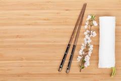 Chopsticks και κλάδος sakura Στοκ Φωτογραφίες