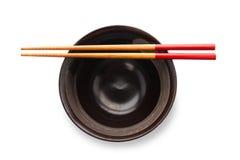 Chopsticks και μαύρο κύπελλο στοκ εικόνες