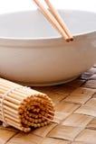 chopsticks κύπελλων λευκό σουσιών χαλιών Στοκ Φωτογραφία