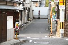 chopsticks κύπελλων η καλλιέργεια απομόνωσε το ιαπωνικό katana πέρα από το λευκό Στοκ φωτογραφία με δικαίωμα ελεύθερης χρήσης