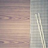 Chopsticks με την πετσέτα κουζινών Στοκ Εικόνες