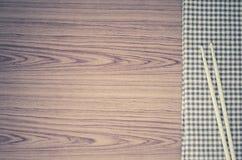 Chopsticks με την πετσέτα κουζινών Στοκ Φωτογραφίες