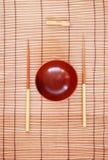 Chopsticks με το ξύλινο κύπελλο Στοκ Εικόνες