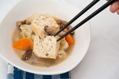 chopsticks πιάτο που τρώει το χορτ&omi Στοκ Φωτογραφίες