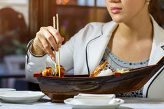 Chopsticks ρόλος σουσιών λαβής Στοκ Εικόνα
