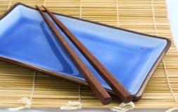 chopsticks σούσια W πιάτων στοκ φωτογραφίες με δικαίωμα ελεύθερης χρήσης