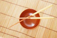 Chopsticks com bacia de madeira Fotografia de Stock Royalty Free