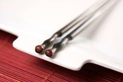 Chopsticks de madeira & placa branca Imagens de Stock