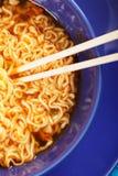 Chopsticks de madeira no macarronete Imagens de Stock