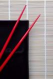 Chopsticks e placa Imagens de Stock Royalty Free