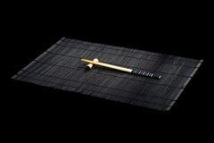 Chopsticks japoneses na esteira de bambu Foto de Stock Royalty Free