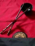 Chopsticks na bacia preta   fotografia de stock