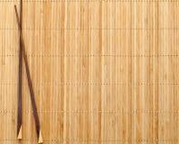 Chopsticks na esteira da palha Fotos de Stock Royalty Free