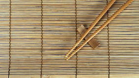 Chopsticks na esteira de bambu Fotografia de Stock