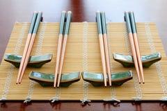 Chopsticks na esteira de tabela Imagem de Stock