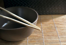 Chopsticks na pucharze Fotografia Royalty Free