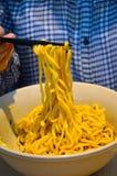 Chopsticks podnoszą up gotujących Japońskich kluski Zdjęcie Stock