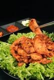 Chopsticks trzyma Koreańskiego kurczaka grilla - serie 2 Zdjęcia Royalty Free