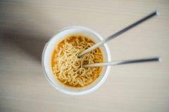 Chopsticks w kluski filiżance Zdjęcia Stock