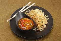 Chopsuey или suey отбивной котлеты на глубок-зажаренных лапшах Стоковое Изображение RF