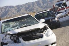 Choque de coche de At Scene Of del oficial de policía Imágenes de archivo libres de regalías
