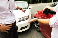 Choque de coche en el camino, demanda de seguro de la espera Demanda de seguro co imagenes de archivo