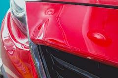 Choque de coche rojo en el accidente, fondo Imagen de archivo