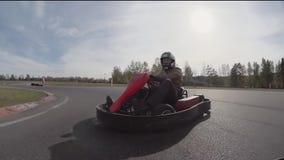 Choque de karting Cámara en kartmoving y el golpe de otro kart Va-Kart la pista almacen de video