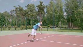 Choque de salto de arriba del tenis Tiro espectacular en la cámara lenta metrajes
