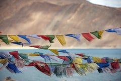 Chorągwianego againt błękitny jezioro w ladakh Zdjęcie Stock