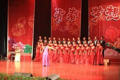 Chor Bühnenshow in der Show des neuen Jahres stockbilder