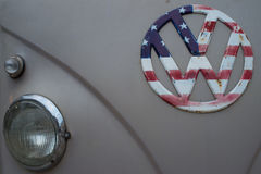 Chorągwiany wzór usa na Volkswagen logu Fotografia Stock