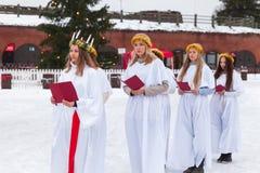 Chor von finnischen Mädchen auf Weihnachtsmarkt lizenzfreie stockfotos