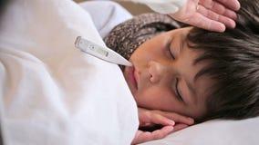 Chora chłopiec z cyfrowym termometrem zdjęcie wideo