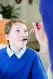 Dziecko bierze medycynę Zdjęcie Royalty Free