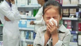 Chora dziewczyna kicha i patrzeje bardzo zmęczoną zbiory wideo