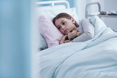 Chora dziewczyna w łóżku szpitalnym obraz stock