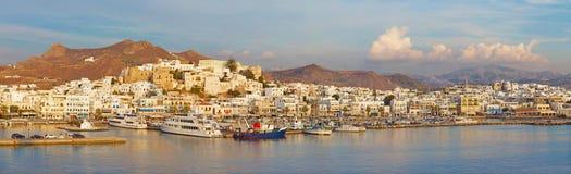 CHORA, GRIEKENLAND - OKTOBER 7, 2015: Het panorama van stad Chora Hora op het Naxos-eiland bij avondlicht in het Egeïsche Overzee Stock Fotografie