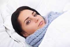 chora kobieta grypa Dziewczyna z zimnym lying on the beach pod powszechnym mieniem a obraz royalty free