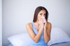 Chora kobieta i grypa Z?apany kobiety Zimno TARGET676_1_ w Tkank? obrazy stock