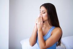 Chora kobieta i grypa Z?apany kobiety Zimno TARGET676_1_ w Tkank? fotografia royalty free