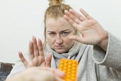 Chora kobieta ono broni od leków obraz royalty free