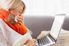 Chora kobieta pracuje od domu Zdjęcie Stock