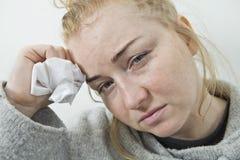 chora kobieta TARGET676_1_ w Tkankę Migrena vis medycyny obraz royalty free